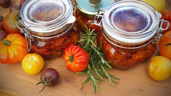 Tomaten getrocknet mit Gewürzen in Öl konserviert